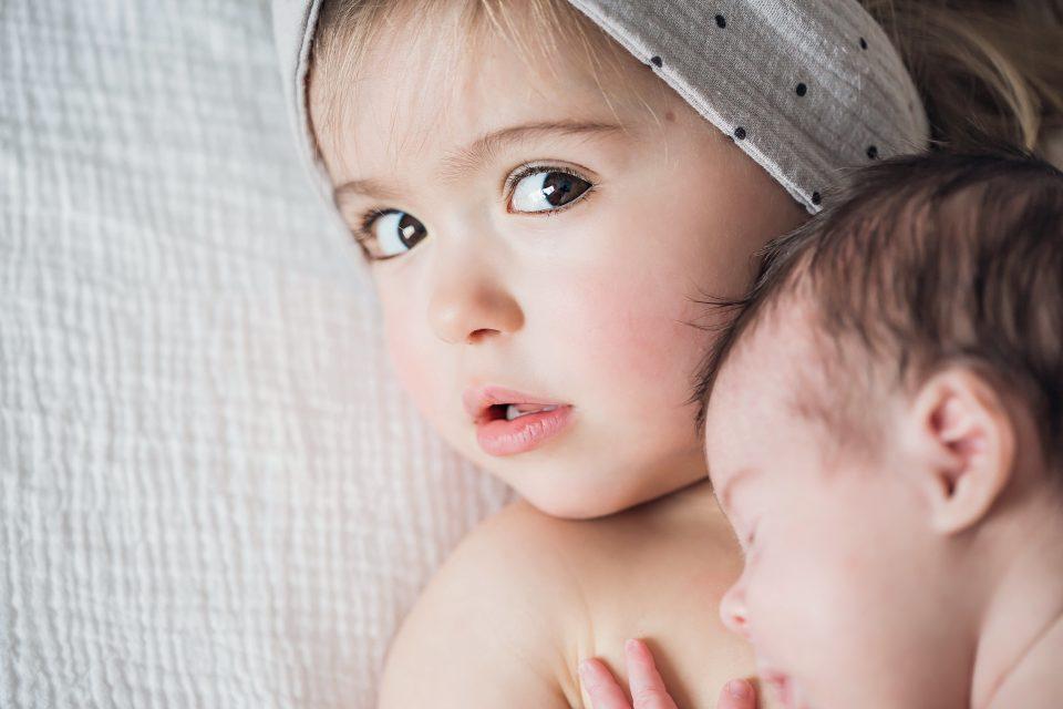 naissance - bébé soeur câlin